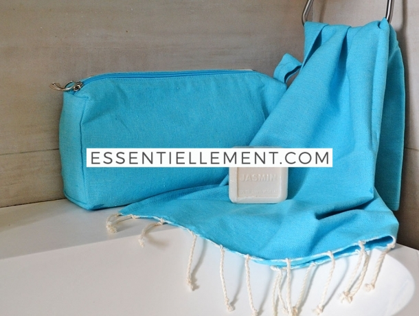 Lot Bleu Caraïbes Petite serviette Fouta / Trousse Toilette / Savon Jasmin